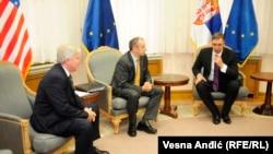 Američki ambasador Kajl Skot, šef Delegacije EU u Srbiji Majkl Davenport i premijer Srbije Aleksandar Vučić, juni 2016.