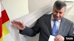 South Ossetian leader Eduard Kokoity votes in Tskhinvali on May 31.