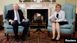 Прем'єр-міністр Великої Британії Борис Джонсон із першою міністеркою Шотландії Ніколою Стерджен, липень 2019 року