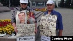 Пенсионеры Владимир и Валентина Тарасовы на центральной площади Усть-Каменогорска проводят акцию протеста. 6 июля 2016 года.