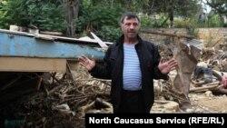 Нариман Шихгасанов возле своего разрушенного дома. Фото из архива, 2012 год