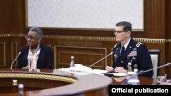 Посол США в Узбекистане Памела Спратлен и командующий Центральным командованием Вооруженных Сил США генерал Джозеф Вотел на встрече с президентом Узбекистана Шавкатом Мирзияевым. Ташкент, 12 мая 2018 года.