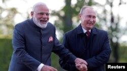 Kryeministri indian Narendra Modi dhe presidenti rus, Vladimir Putin. Foto nga arkivi