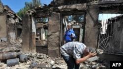 Киргизький узбек повернувся до свого спаленого будинку, місто Ош, 14 червня 2010 року