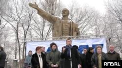 Лидеры казахстанской оппозиции проводят митинг с требованием отставки правительства. Алматы, 21 февраля 2009 года.