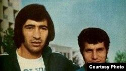 ناصر حجازی (چپ) در کنار علی پروین (از مجله دختران و پسران)