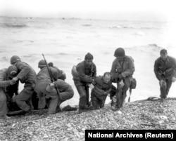 """""""Омаха-бич"""". Американские солдаты помогают товарищам с потопленной баржи"""