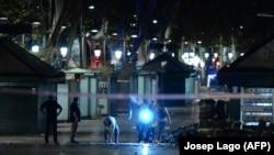 Поліцейські працювали вночі на місці, де фургон врізався у натовп людей в центрі Барселони, 18 серпня 2017 року