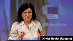 Европскиот комесар за вредности и транспарентност Вера Јоурова на прес-конференција за Годишниот извештај за владеењето на правото во 2020 година во Брисел, 30 септември 2020 година