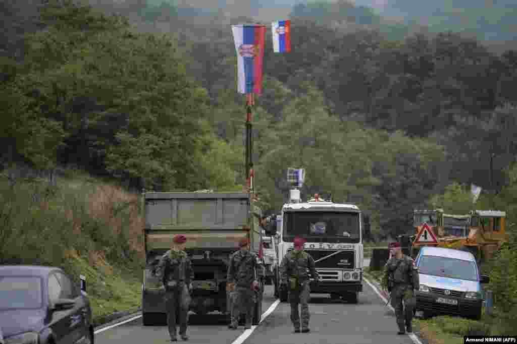 Солдаты НАТО патрулируют неподалеку от пограничного перехода«Ярина», 28 сентября. Международное сообщество во главе с Европейским союзом призвало к переговорам относительно послабления напряжения между Сербией и Косово. НАТО возглавляет миротворческие силыKFOR с 1999 года, в состав которых входит около 4 тысяч военнослужащих из 28 стран, после того, как 78-дневная бомбардировка, проведенная военным альянсом, положила конец войне, в результате которой погибло более 10 тысяч человек