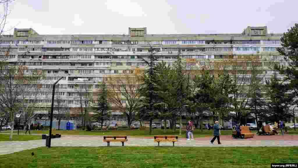 Біля будинку нещодавно закінчили масштабний ремонт, котрий обійшовся в десятки мільйонів рублів