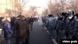 Акция протеста против премьер-министра Никола Пашиняна перед зданием парламента, понедельник, 28 декабря 2020 г.