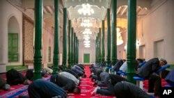 Ујгури се молат во џамија