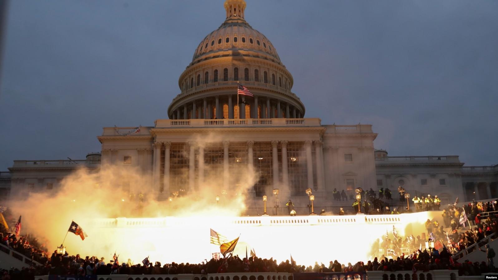 Експлозия на муниции, причинена от привърженици на Тръмп на стълбите на Капитолия.
