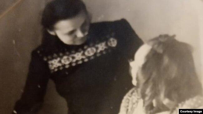 Антонина Тарасова в лагере (слева)