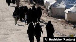 Женщины и дети, связанные с экстремистской группой, находятся в лагерях на северо-востоке Сирии в тяжелых условиях