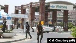 Військові патрулюють головний термінал міжнародного аеропорту в Лахорі, Пакистан, 3 липня 2019 року