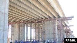 Строящийся мост через Урал, строители которого восемь месяцев не получали зарплату. Атырау, июль 2009 года.