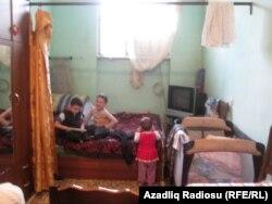 Ailələr 16-17 kvadratmetrlik otaqda yaşayır.