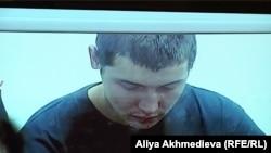 Пограничник Владислав Челах, осужденный по обвинению в массовом убийстве, на скамье подсудимых. Талдыкорган, 11 декабря 2012 года.