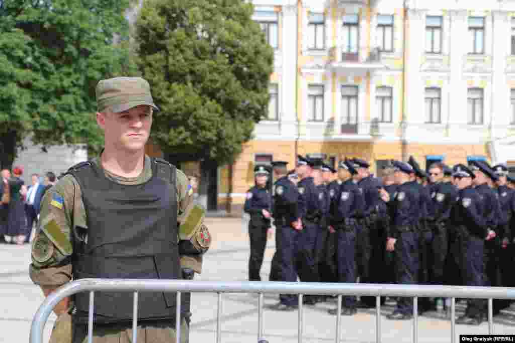 Церемонію складання присяги охороняють бійці Національної гвардії