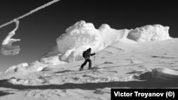 """Скиор изкачва Черни връх със ски с панти, вървейки под неработещия """"Романски лифт"""""""