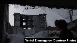 """Ербол Жұмағұлов өзі түсірген """"Слух камней. Опыты деколонизации"""" деректі фильмінде."""