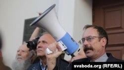 Вячаслаў Сіўчык (крайні справа) на пікеце 23 верасьня 2015 году на плошчы Свабоды ў Менску