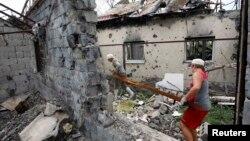 Разрушенный дом в пригороде Славянска, Украина, 5 августа 2014