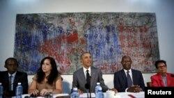 باراک اوباما (نفر وسط) روز سهشنبه با ناراضیان سیاسی کوبا دیدار کرد.