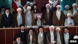 عکس دسته جمعی اعضای دوره چهارم مجلس خبرگان در آخرین جلسه آن. چهارشنبه ۱۹ اسفند.