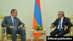Armenia - President Serzh Sarkisian (R) meets with Russian Foreign Minister Sergey Lavrov, Yerevan, 9Nov2015.