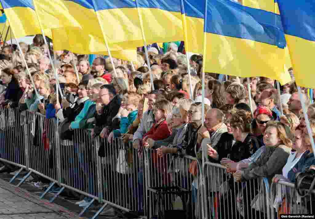 Кияни спостерігають за церемонією підняття прапора