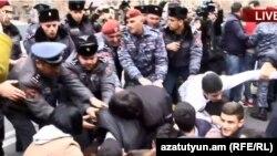 Полицейские удаляют протестующих с проезжей части улицы, Ереван, 14 марта 2019 г.