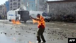 Горящий человек на площади Таксим в Стамбуле. 11 июня 2013 г.