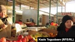 Продуктовый ряд базара в городе Жанаозен Мангистауской области. 21 декабря 2011 года.