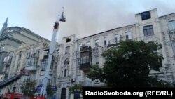 Будинок 81 по вулиці Велика Васильківська в центрі Києва загорівся увечері 19 серпня