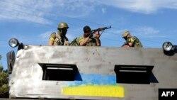 Українські військовослужбовці на околиці Новоазовська. 27 серпня 2014 року