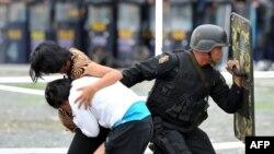 Кепілге алынғандарды босату бойынша жаттығуға қатысып жатқан Манила полициясы, Филиппин (Көрнекі сурет).