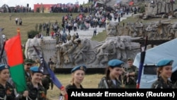 Церемония, посвященная 74-й годовщине освобождения Донбасса от нацистской оккупации во время Второй мировой войны у мемориала на Саур-Могиле возле Донецка, 7 сентября 2017 года