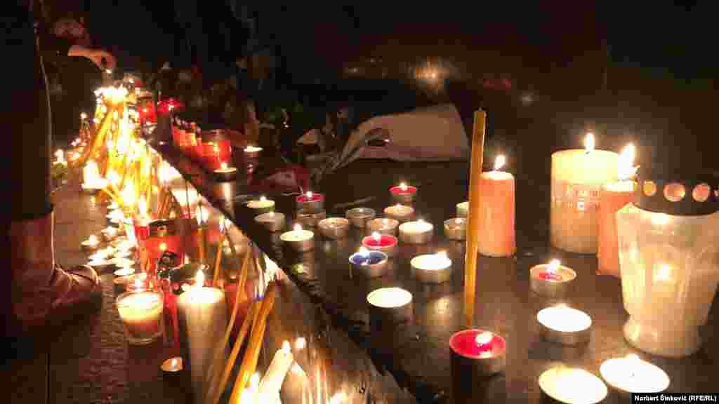 Građani pale sveće i ostavljaju poruke u čast Balašavića.