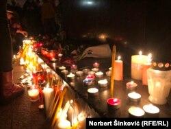 Gyertyákat gyújtanak és üzeneteket hagynak az elhunyt énekes-dalszerző, Djordje Balasevic előtt tisztelgők az újvidéki városháza előtt 2021. február 19-én.