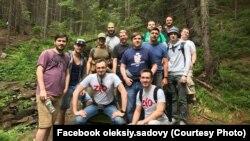 Олексій разом з друзями підкорює гори. Фото з особистого архіву
