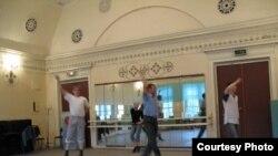 Владимирдагы татар егетләре татар биюен өйрәнә