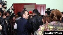"""Люди заходят в зал судебного заседания по делу о событиях в Жанаозене. Актау, 27 марта 2012 года. Фото предоставлено сайтом """"Лада.кз""""."""