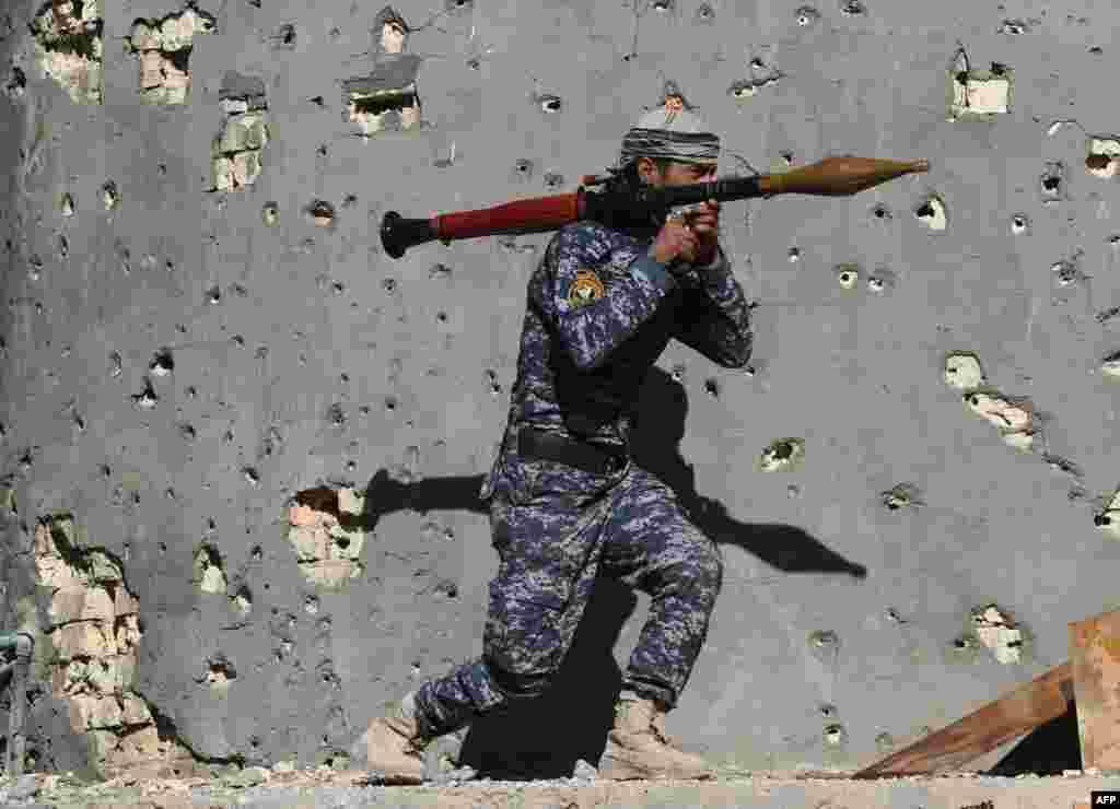 """""""Ислам мемлекеті"""" (ИМ) ұйымы содырларымен соғысып жүрген Ирак сарбазы."""