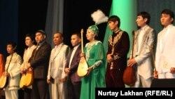Участники айтыса на сцене. Алматы, 8 мая 2013 года.
