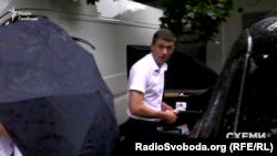 А ось і той, хто їздить на цій автівці, – оперуповноважений відділу супроводження особливо важливих справ управління оперативних розробок Олександр Грущенко