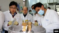 МАГАТЭ инспекторлары Иранның Натанз уран байыту зауытын тексеріп жатыр. 20 қаңтар 2014 жыл.