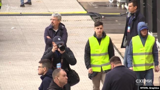 Ткаченка журналісти помітили також біля трибуни Зеленського перед дебатами на стадіоні